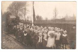 CPA - Originele Fotokaart / Carte Photo Originale - Viering Priester, Stoet Kinderen / Enfants - Anonieme Personen