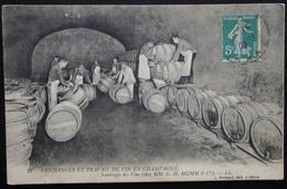 CPA  VENDANGES ET TRAVAIL DU VIN EN CHAMPAGNE SOUTIRAGE DES VINS G.H.MUMM - Reims