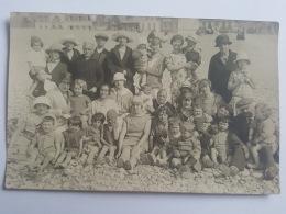 CARTES PHOTOS Anciennes GROUPE ADULTES ET ENFANTS A LA PLAGE CPA Animee Postcard - To Identify