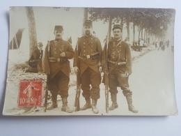 CARTES PHOTOS Anciennes GROUPE DE TROIS SOLDATS  A BORDEAUX CPA Animee Postcard - To Identify