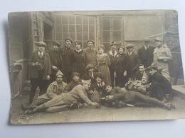 CARTES PHOTOS Anciennes GROUPE JEUNES GENS PENDANT LA GUERRE  CPA Animee Postcard - To Identify