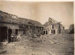 PHOTO ALLEMANDE - SOLDAT ALLEMAND DANS VILLERS AUX ÉRABLES PRES DE MOREUIL SOMME - GUERRE 1914 1918 - 1914-18