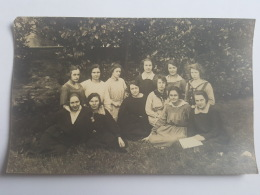 CARTE PHOTO Ancienne GROUPE FEMMES SUR L'HERBE  CPA Animee Postcard - To Identify