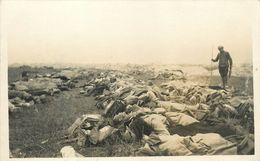 TRES RARE CARTE PHOTO - IDENTIFICATION & COMPTAGE DES MORTS - BATAILLE DE LA CHAMPAGNE - 25 SEPTEMBRE 1915 - TB **. - Guerre 1914-18
