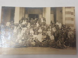 CARTE PHOTO Ancienne GROUPES HOMMES ET FEMMES DEVANT  HOPITAL CPA Animee Postcard - To Identify