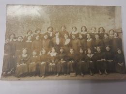 CARTE PHOTO Ancienne GROUPE ECOLE FEMME ET JEUNE FILLE CPA Animee Postcard - To Identify