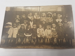 CARTE PHOTO Ancienne GROUPE ENFANTS A L ECOLE CPA Animee Postcard - To Identify