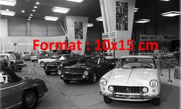 Reproduction D'une Photographie D'un Salon De L'automobile Avec Le Stand Ferrari à Chicago En 1963 - Reproductions