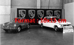 Reproduction D'une Photographie D'un Salon De L'automobile Avec Les Stands Porsche Et BMW à Chicago En 1964 - Reproductions