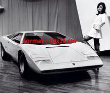 Reproduction D'une Photographie D'un Salon De L'automobile Avec Une Hôtesse En Bottes Et Une Lamborghini à Genève 1971 - Reproductions