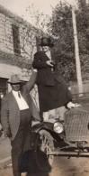 USA Homme Fort Et Femme Debout Sur Une Automobile Ancienne Photo Amateur 1920 - Cars