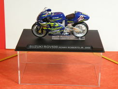 MOTO 1/24 > Suzuki RGV 500 Kenny Roberts JR. 2000 (sous Vitrine) - Motos