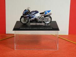 MOTO 1/24 > Suzuki GSX R. J.M Bayle - S Gimbert - N Dussauge (sous Vitrine) - Motos