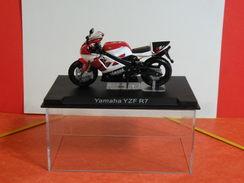 MOTO 1/24 > Yamaha YZF R7 (sous Vitrine) - Motorcycles