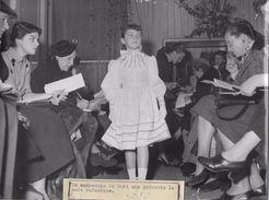 PARIS / UN MANNEQUIN DE 8 ANS PRESENTE LA MODE ENFANTINE   / PHOTO VERITABLE KEYSTONE ANNEES 40.50 - Anonyme Personen