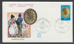 ENVELOPPE 1ER JOUR DE FRANCE - JOURNEE DU TIMBRE 1975 : PLAQUE DE FACTEUR (PARIS - N° 910) - Journée Du Timbre