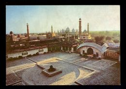 Courtyard Of The Lahore Fort With The Badshahi Mosque In The Background / Postcard Not Circulated, 2 Scans - Pakistan