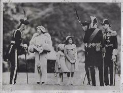 / LE ROI  LA REINE ET LEURS ENFANTS A EDIMBURG POUR LA FETE LOCALE D ARCHERS / PHOTO VERITABLE KEYSTONE ANNEES 40.50 - Famous People