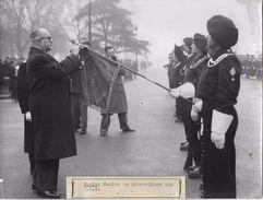 PARIS / LE PRESIDENT AURIOL / REMISE DE DECORATIONS AUX CRS  / PHOTO VERITABLE KEYSTONE ANNEES 40.50 - Métiers