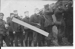 1915 Soldats Allemands Essais De Nouveaux Masques à Gaz Dans La Tranchée 1 Carte Photo Ww1 14-18 1wk - War, Military