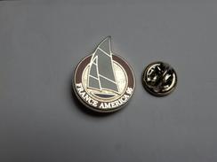Superbe Pin's En Zamac , Marine Bateau Voilier , France America 95 , Signé MBM Paris - Barcos