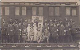 Soldatengruppenaufnahme Vor Eisenbahnwaggon      **Militär Alb 1-118** - War 1914-18