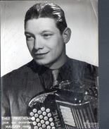 Photo HARCOURT Dédicacée, 18x24 Cm, Emile Prud'homme Joue Sur Accordeon Maugein Freres, Theme Musique, Musette - Persone Identificate