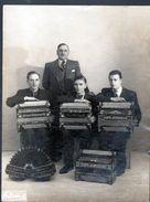 Photo  18 X 23,5 Cm, Paul Saive, Professeur D'accordéon, 93 Rue De Reuilly Paris, à Droite Jo Privat, Theme Musique - Persone Identificate