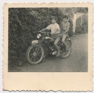 REAL PHOTO - Kid Boys On Motorcycle ,  Garçons Sur Moto, Old Photo - Ciclismo