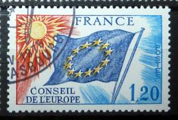 FRANCE SERVICE 1975 N°50 OBL. (CONSEIL DE L'EUROPE. DRAPEAU. 1,20 TURQUOISE, BLEU, ROUGE ET JAUNE. LÉGENDE FRANCE) - Officials