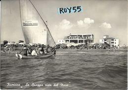 Lazio-fiumicino La Spiaggia Vista Dal Mare Veduta Barca Con Pubblicita'sulla Vela Bagnanti A Bordo  Animatissima Anni 50 - Fiumicino