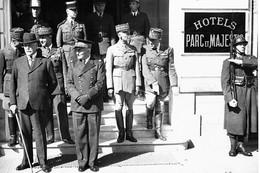 WW2 - Le Maréchal Pétain, L'Amiral Darlan Et Des Généraux Devant L'Hôtel Du Parc à Vichy - 1939-45