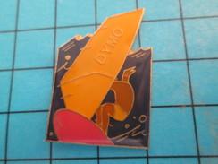 Pin513e Pin's Pins / Rare Et De Belle Qualité !! SPORTS / PLANCHE A VOILE DYMO - Sailing, Yachting