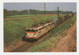 TRAIN UM Locomotives SNCF BB 8500 / 17000 Vers Villeneuve Le Guyard Wagons De Marchandises - Villeneuve-la-Guyard