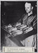 PRISON DE  NUREMBERG / UN PRISONNIER ALLEMAND PORTANT LES GAMELLES  / PHOTO DE PRESSE VERITABLE - War, Military