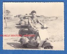 Photo Ancienne - Jeune Homme Sur Son Scooter - Vespa ? - Automobile - Garçon Boy Pose Moustache Immatriculation Moto - Cars