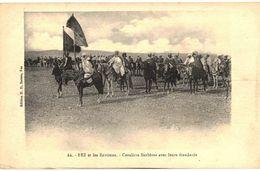 CPA N°14182 - FEZ ET LES ENVIRONS - CAVALIERS BERBERES AVEC LEURS ETENDARDS - Fez (Fès)