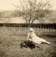 Photo Ancien / Foto / Woman With Dog In Garden / Femme Avec Chien Dans Le Jardin / Size: 6 X 6 Cm - Anonymous Persons