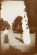 Photo Ancien / Foto / RARE / Acrobatic Stunts For The Photographer / Acrobatique Pour Le Photographe / Size: 9 X 6 Cm - Personnes Anonymes