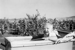 Photo Ancien / Foto / Baby In Pram / Bébé Dans La Poussette / Size: 9 X 6.50 Cm / Michel Taymans / 1950 - Personnes Identifiées