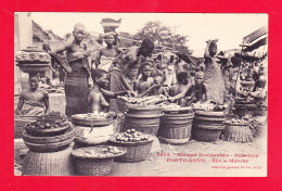 E-Benin-36Ph101  Dahomey, PORTO NOVO, Sur Le Marché, Femmes Seins Nus, Cpa BE - Benin