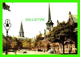 COPENHAGUE, DANEMARK - LA BOURSE ET LE PALAIS DE CHRISTIANBORG - ANIMÉE DE VIEILLES VOITURES - BORSEN OG CHRISTIANSBORG - Danemark