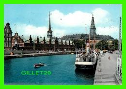 COPENHAGUE, DANEMARK -  LA BOURSE ET LE PALAIS DE CHRISTIANBORG - CIRCULÉE EN 1959 - - Danemark
