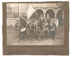 Ardèche -- SAINT ALBAN -- BELLE PHOTO SUR FRAGMENT DE CARTON - CONSCRITS - TAMBOUR - DRAPEAU - ARDECHE - MILITARIA - Guerre, Militaire