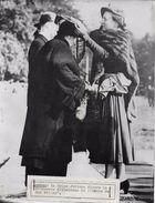 LA REINE JULIANA DECORE LA PRINCESSE WILLHELMINE / PHOTO ORIGINALE KEYSTONE ANNEES 47.55 - Beroemde Personen