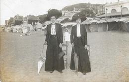 Carte-Photo 2 Femmes Avec Ombrelle à Identifier, Sur La Plage D'Houlgate, Devant Le Casino - Postcards