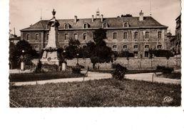 63-----RARE---ISSOIRE----le Collège Et Le Monument Aux Morts---voir 2 Scans - Issoire