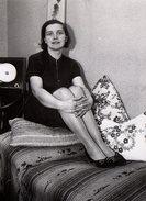 Photo Originale Pin-Up & Jolie Jeune Femme Assise Sur Un Lit Avec Ses Chaussures Vers 1960/70 ! - Pin-up