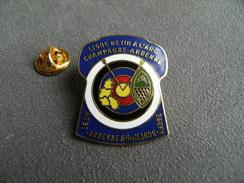 Pin's Ligue De Tir à L'arc CHAMPAGNE ARDENNES Départ. 51 08 10 52 Archer Bouquet Archerie Carte Région - Tiro Con L'Arco