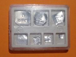 BOÎTE 6 CMS X 4,5 CMS  DE 8 POIDS - 5 DECI - 2 DECI - 1 DECI - 5 CENTI - 2 CENTI - 1 MG. VOIR DESCRIPTION CI-DESSOUS - Supplies And Equipment